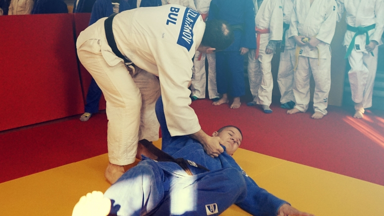 Международен дебют с 8 медала в Ниш